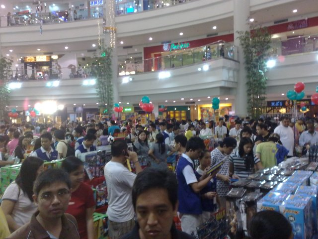 I HAET CROWDS. But this crowd won't keep me from my Gunpla.